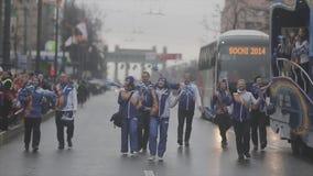 Pom del pom de la sacudida de los voluntarios que camina megabus Raza de retransmisión de llama olímpica de Sochi en St Petersbur almacen de video