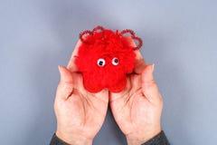 Pom diy fatto a mano rosso del pom del mostro da filato, gambi della ciniglia nel cuore di forma fotografia stock libera da diritti