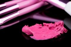 Pomadka z szczotkarskim makijażem na czerni Obrazy Stock