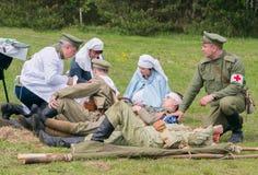 Pomagać rannych żołnierzy Zdjęcia Royalty Free