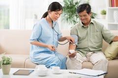 Pomagać sprawdzać ciśnienie krwi obrazy royalty free