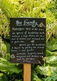 Pomaga Bumblebees informaci deska, Izolujący ogród, Croft kasztel obrazy royalty free