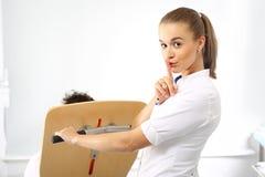 Pomaga dbać pielęgniarka bierze pacjenta zdjęcie royalty free