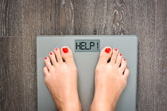 Pomaga gubić kilo z kobieta ciekami kroczy na ciężar skala Obrazy Royalty Free