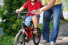 Pomaga jeździć na rowerze Zdjęcie Royalty Free