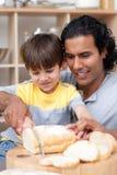 pomaga jego niektóre syna atrakcyjny chlebowy rżnięty ojciec zdjęcia royalty free