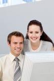 Pomaga jej kolegi asertoryczny bizneswoman Obrazy Stock
