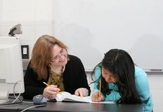 pomaga studencki nauczyciel Obrazy Royalty Free