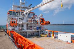 Pomarańcze barwił UE statek dla rybołówstwo inspekci w porcie IJm fotografia stock