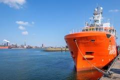 Pomarańcze barwił UE statek dla rybołówstwo inspekci w porcie IJmuiden holandie zdjęcie stock