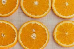 Pomarańcze cięcie w plasterki, odgórnego widoku tło Fotografia Stock