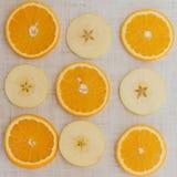 Pomarańcze cięcie w plasterki, odgórnego widoku tło Zdjęcie Stock