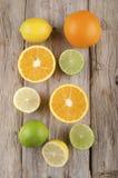 Pomarańcze, cytryna i wapno na nieociosanym drewnie, Obraz Royalty Free