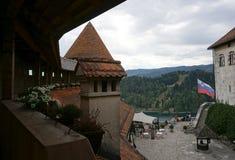 Pomarańcze dachu wierzchołek z dziedzictwo architekturą przy Krwawiłem kasztelem w Ble Zdjęcia Stock