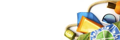 Pomarańcze egzamin próbny w górę butelki słońce ekranu błękitni okulary przeciwsłoneczni, plaża opakunek w jaskrawej tkaniny torb obraz stock