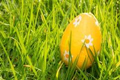 Pomarańczowy Easter jajko w trawie Zdjęcie Royalty Free