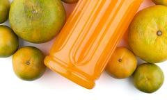 Pomarańcze i butelka sok pomarańczowy Fotografia Stock