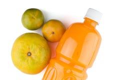 Pomarańcze i butelka sok pomarańczowy Zdjęcie Royalty Free