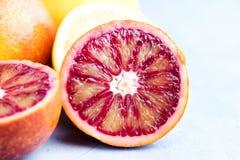 Pomarańcze i cytryny plasterek na błękitnego tła Makro- zakończeniu up Obraz Royalty Free