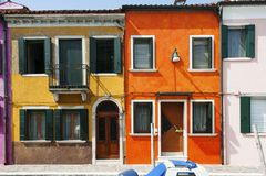 Pomarańcze i koloru żółtego dom w Burano wyspa w Weneckiej lagunie, troszkę, Włochy Zdjęcie Stock