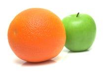 Pomarańcze i zieleni jabłko Obrazy Stock