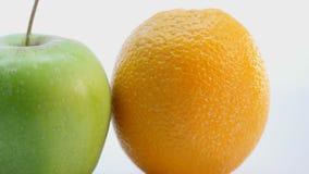 Pomarańcze i zielony jabłko Owoc jest płodozmienna na białym tle wolno Zdjęcie Stock
