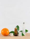 Pomarańcze Istotna Nafciana butelka Z Białą nakrętką, cytrusów liśćmi i Rolkową butelką, Zdjęcie Royalty Free