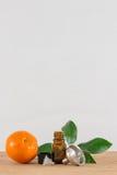 Pomarańcze Istotna Nafciana butelka Z nakrętką, cytrusów liśćmi i lejem Czarnymi, Zdjęcia Stock