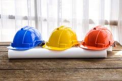 Pomarańcze, kolor żółty, błękitny ciężki zbawczego hełma budowy kapelusz dla saf Obraz Stock