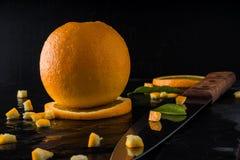 Pomarańcze na łupku kamieniu z ciemnym tłem Fotografia Stock