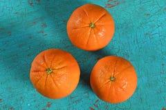 Pomarańcze Nad rocznika stołem Fotografia Royalty Free