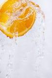 Pomarańcze opuszczają w wodnego pluśnięcie Obraz Royalty Free
