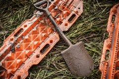 Pomarańcze piaska ratowniczy ślada i łopata na trawie Zdjęcia Royalty Free