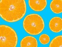 Pomarańcze plasterków wzór na błękitnym tle, wystrzał sztuki styl Zdjęcia Royalty Free