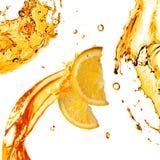 Pomarańcze plasterki i pluśnięcia sok odizolowywający na bielu Obrazy Royalty Free