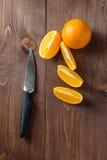 Pomarańcze plasterki na stole i pomarańcze Zdjęcie Stock