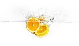 Pomarańcze Pokrajać chełbotanie wodę zdjęcia royalty free