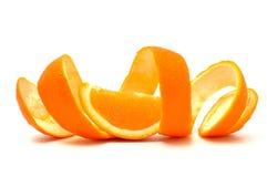 Pomarańcze pozująca na pomarańczowej łupie przeciw biały backgr Zdjęcia Stock