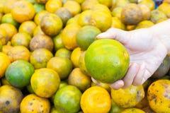 Pomarańcze przygotowywać w rynku fotografia stock