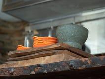 Pomarańcze puchary i szary obsiadanie na drewnianym restauracyjnym porcja kontuarze moździerza i tłuczka obrazy royalty free