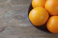 Pomarańcze są jaskrawym pomarańcze w popielatym pucharze na starym drewnianym tła zbliżeniu Obrazy Royalty Free