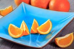 Pomarańcze słuzyć na błękita talerzu Obraz Stock