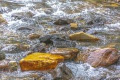 Pomarańcze skała wśród zatoczki łóżka zdjęcia royalty free