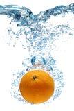 Pomarańcze spada głęboko pod wodą Zdjęcie Royalty Free