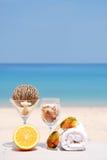 Pomarańcze, sunglass i ręka ręcznik na plaży, Fotografia Stock