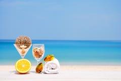 Pomarańcze, sunglass i ręka ręcznik na plaży, Zdjęcie Royalty Free