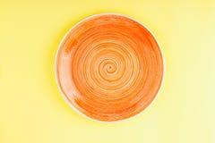 Pomarańcze talerz na żółtym tle Obraz Royalty Free