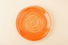 Pomarańcze talerz na lekkim beżowym tle Fotografia Stock