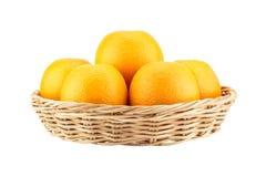 Pomarańcze w łozinowym koszu Zdjęcie Stock