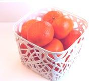 Pomarańcze w białym koszu Zdjęcia Stock